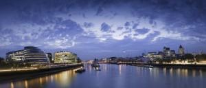 Die Themse in London bei Nacht