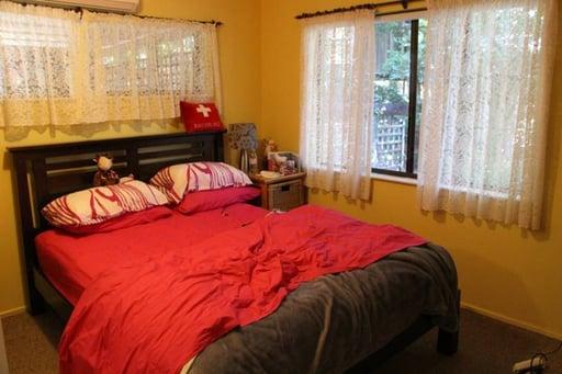 Ginas Bett: Sogar mit Schweizerkreuz auf dem Kissen