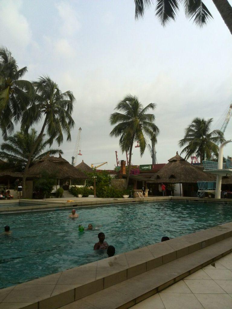 poolanlage-des-hotels-am-hafen-von-cotonou