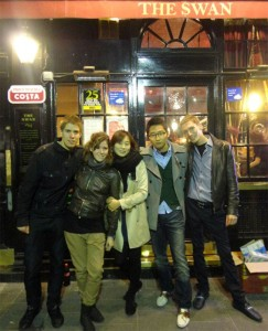 Roman und seine Freunde erkunden das Londoner Nachtleben