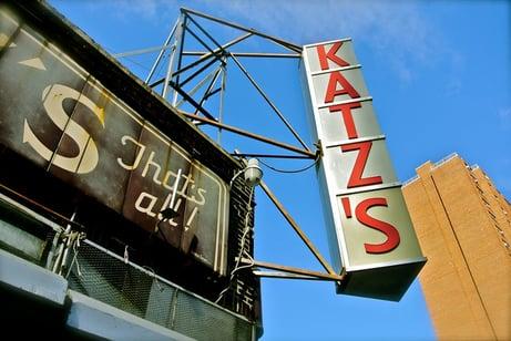 Das Schild aussen bei Katz's Delicatessen an der Houston Street in Manhattan
