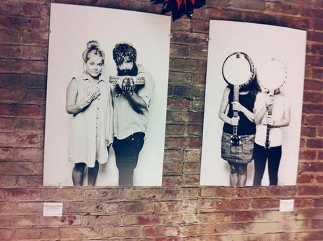 """Fotografien mit Instrumenten an den Wänden des """"Chelsea Markets"""" im Oktober 2013"""
