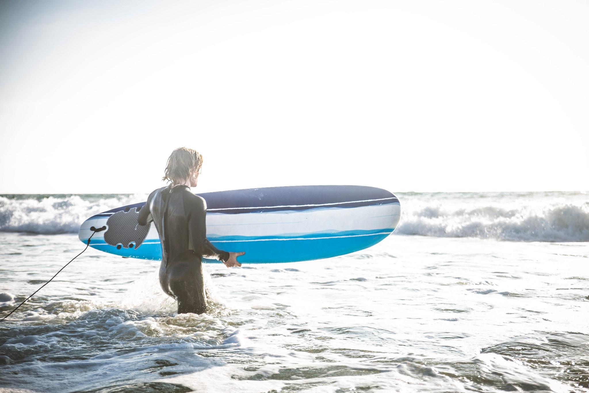 Mann am Surfen