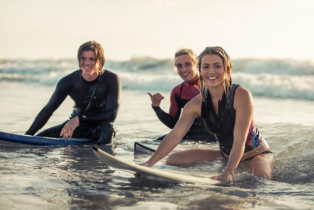 Wo du bei einem Sprachaufenthalt surfen lernen kannst